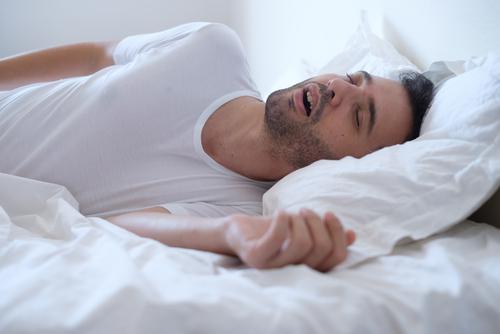 Slaapapnue; snurkende man